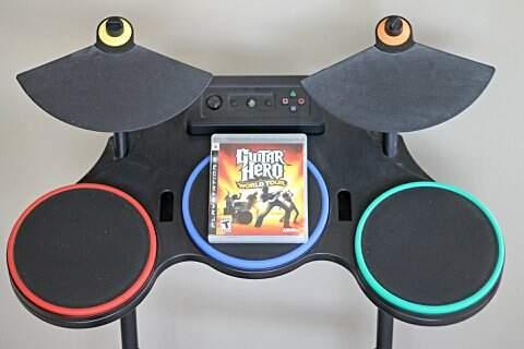 Banda Completa original do Guitar Hero World Tour para PS3 com Bateria, Guitarra, Microfone e Jogo _foto de frente