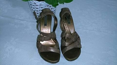 Sandália de madeira _