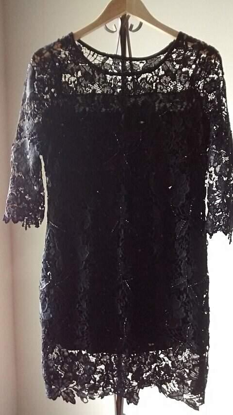 Vestido Preto de Renda com Bordados_foto de frente