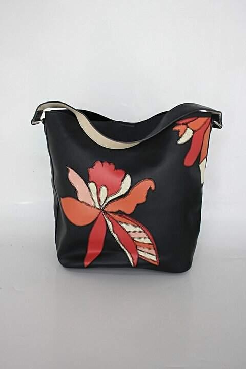 Bolsa feminina preta com flores _foto principal