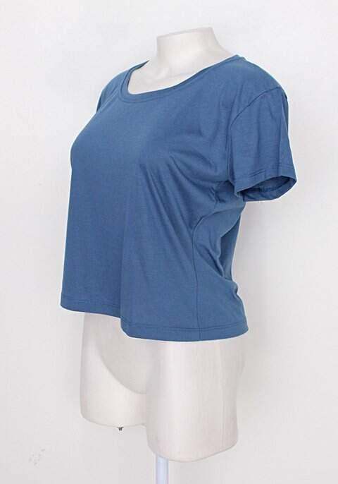 Camiseta azul feminina _foto de costas