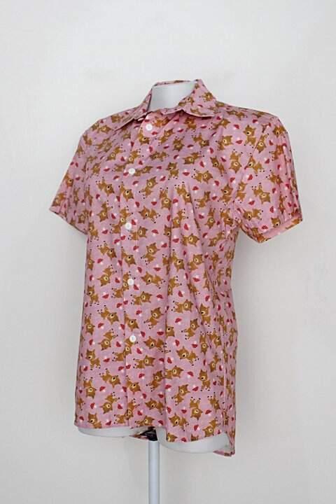 Camisa manga curta maria joão rosa com estampa de veado_foto de detalhe