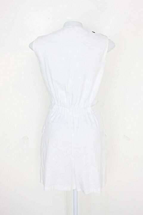 Macaquinho feminino branco com Faixa na Cintura_foto de detalhe