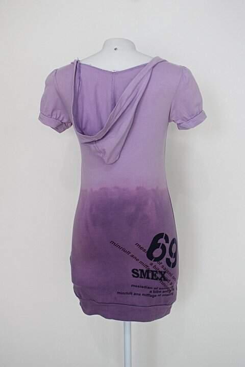 Vestido feminino roxo estampado com capuz e strass_foto de detalhe