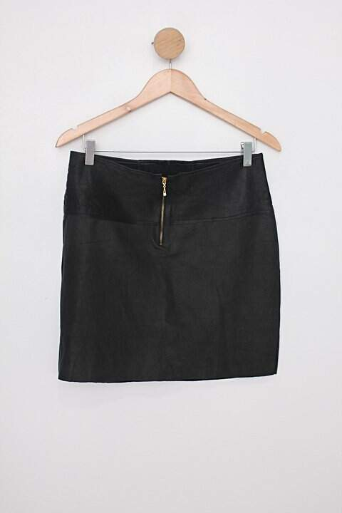 Saia de courino feminina preta com zíper dourado e strass_foto de costas