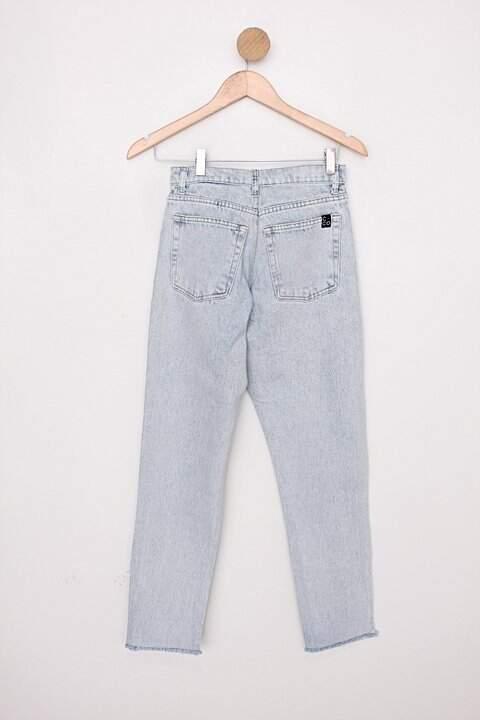 Calça jeans hering feminina azul denim com barra desfiada_foto de costas