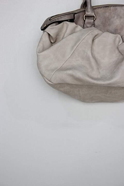 Bolsa de ombro focus feminina bege com fecho dourado_foto de detalhe