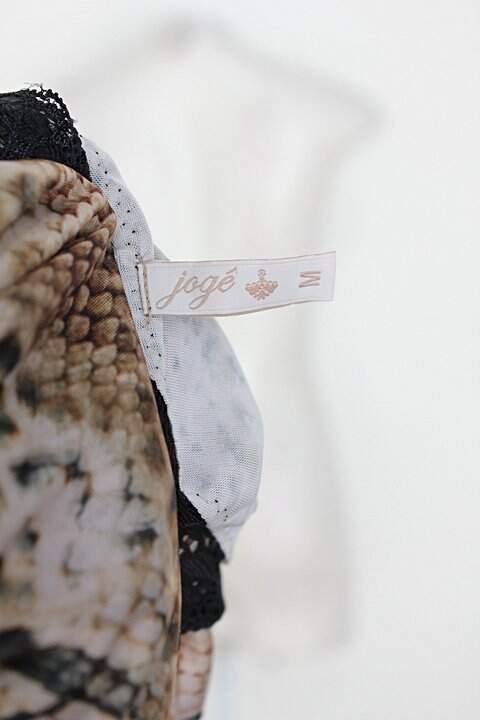 Conjunto jogê feminino bege c/ renda e estampa de pele de cobra _foto de detalhe
