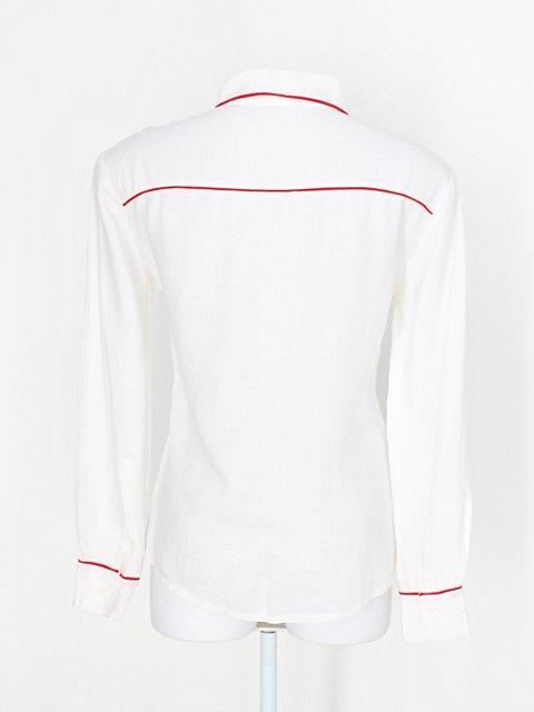 Camisa feminina branca com listra azul marinho_foto de detalhe