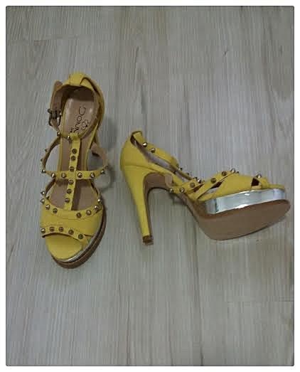 Sandália de Couro Sintético Amarela _