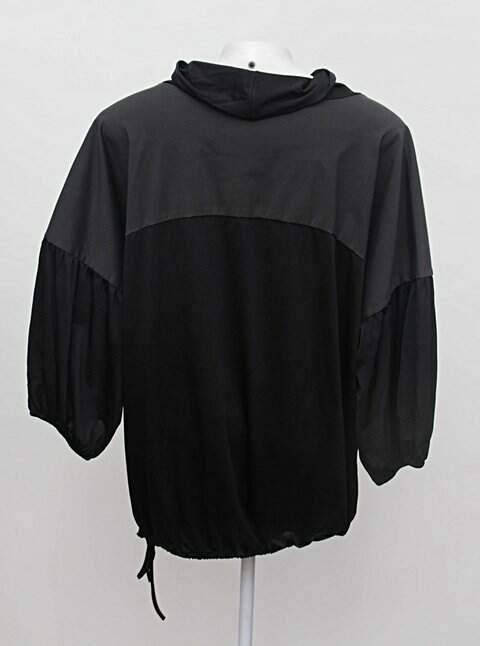 Blusa preta com recortes iodice_foto de costas
