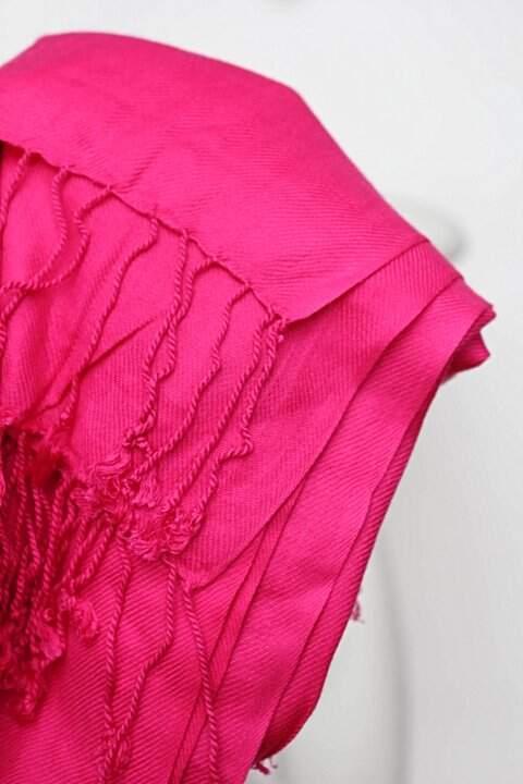 Echarpe rosa com franjas_foto de detalhe